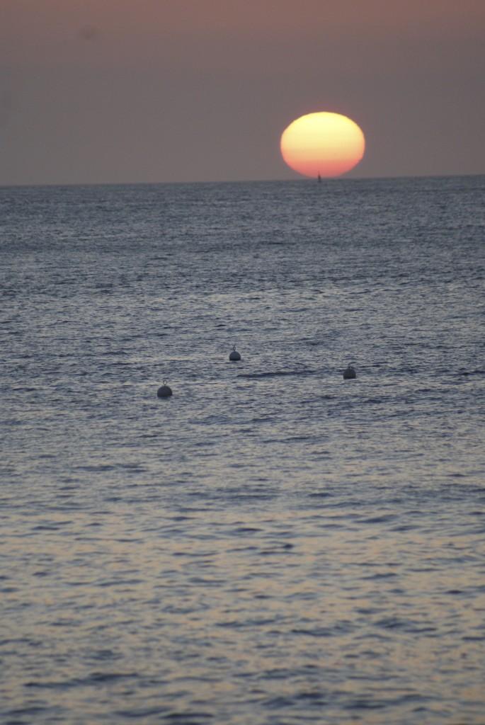 le soleil en équilibre sur l'horizon